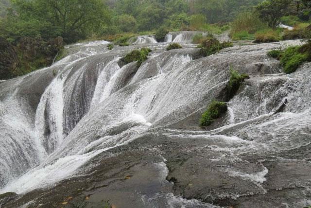 银链坠潭瀑布位于天星桥景区水上石林区的,其形如斗,其声如歌,其状如