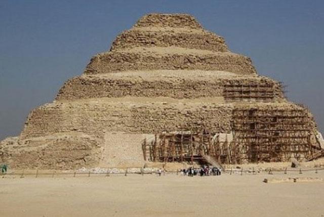 左塞尔金字塔