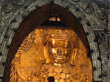 马哈牟尼佛塔里的青铜佛像高约4