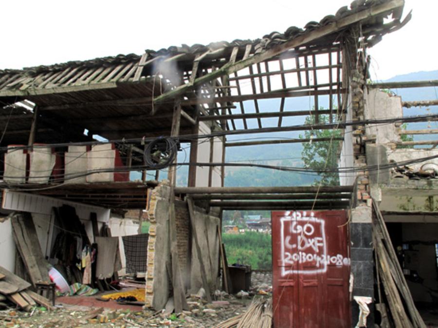 开 600年前,一场地震震掉了茶马古道上一座新建的县城; 600年后,又一场地震 震出了一个人居漏斗的世界之最 在《摄影报》的眼皮底下,又一项世界级别的景观被发现。继上期我们去四川省双流县太平镇采访了那位跨越了三个世纪,已经116岁高龄的中国女人付素清后,8月30日,报社创作绿灯采编组又马不停蹄前去采访刚刚又被地震过的四川省芦山县双石镇围塔漏斗村。 漏斗,是人们常用的一种用以漏下去点什么东西的物件,过去普通得很。地貌形态的漏斗一般出现在喀斯特圈内,呈圆形或椭圆形,地面底部有排泄地表水的通